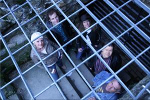 Band hinter Gitter